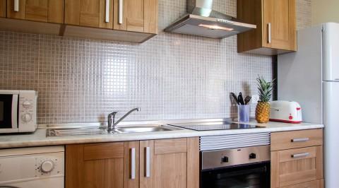 hechizo casabaja cocina 02 480x266 El Hechizo   Jardín con barbacoa y zona relax